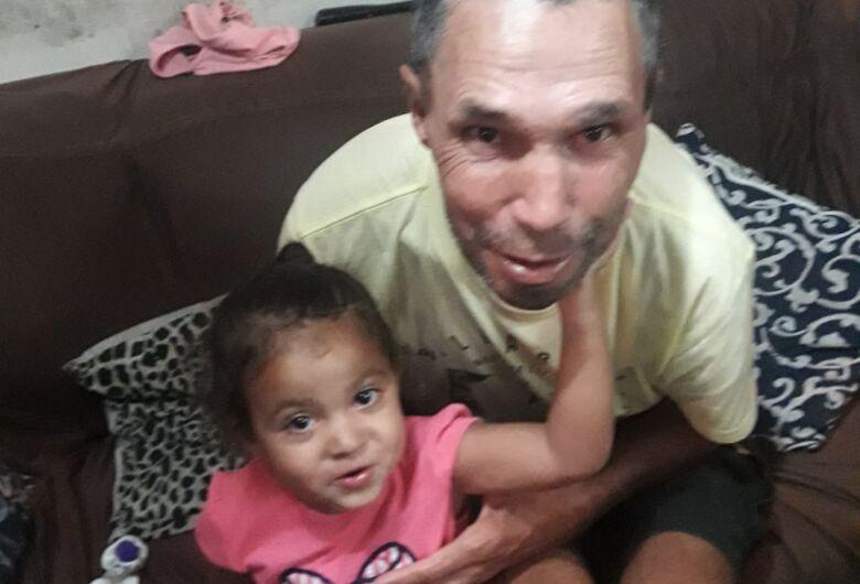 Família pede ajuda para localizar homem com problemas mentais; sobrinha sente falta do tio e está doente