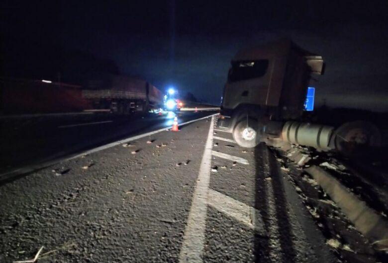 Carreta se envolve em acidente na rodovia Washington Luís