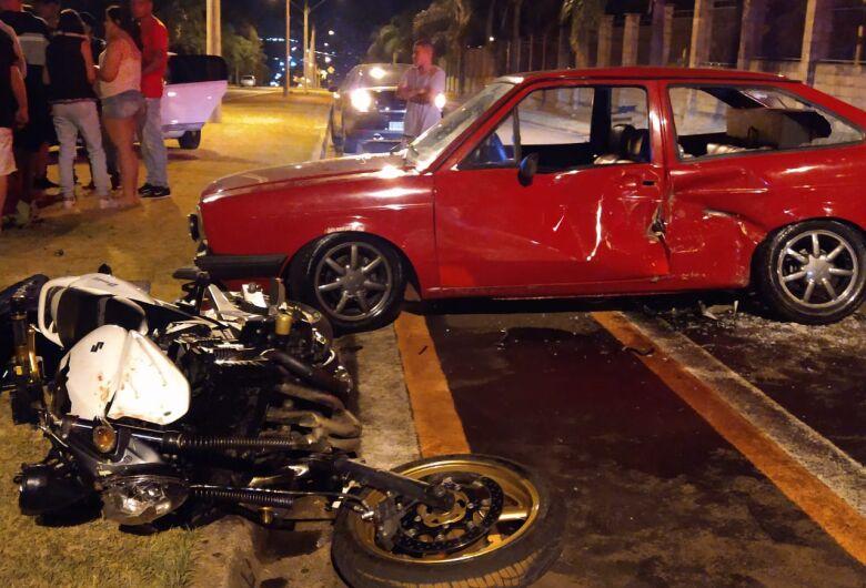 Jovem motociclista fica ferido em acidente após ter a frente cortada por carro
