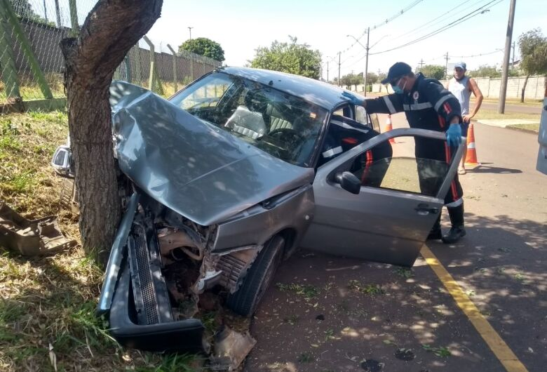 Motorista possivelmente embriagado, pega carro sem autorização e bate em árvore no Jóckey Clube