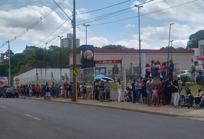 Com vassouras, clientes fazem fila por lanche de graça no Burguer King em São Carlos