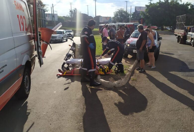 Motociclista fica ferida em acidente na Praça Itália