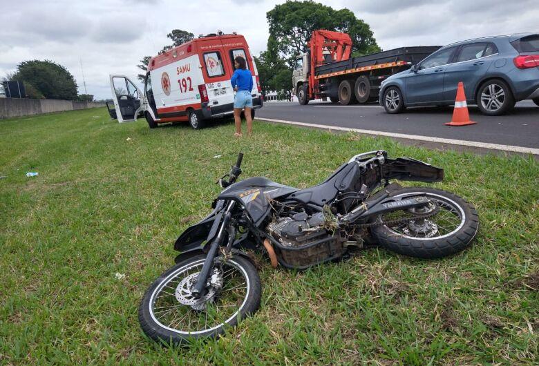 Caminhão atinge moto na Washington Luiz e deixa piloto em estado grave