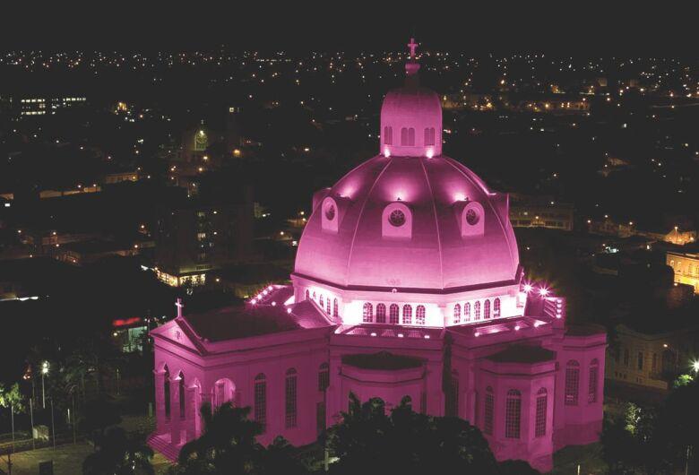 Catedral fica rosa em homenagem às vítimas de câncer