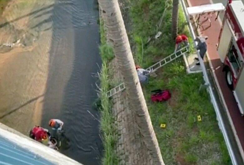 Cadeirante morre após ser jogado de viaduto