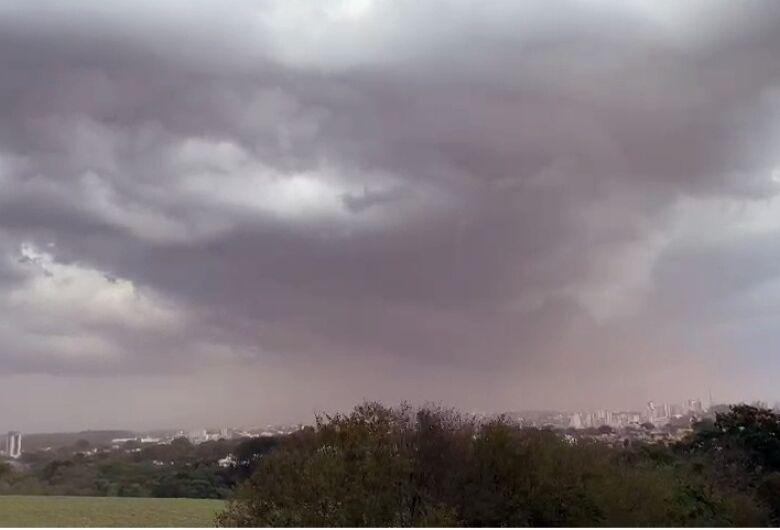 Leitor registra tempo fechado e chuva em São Carlos