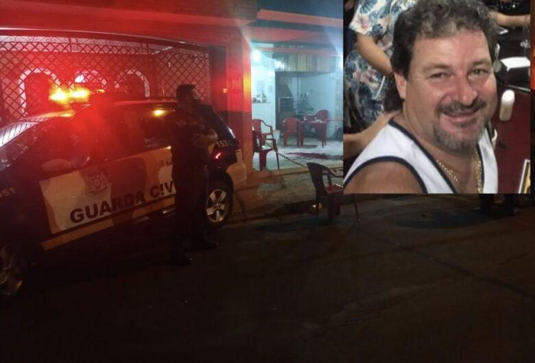 Homem é morto por assaltantes em bar na região