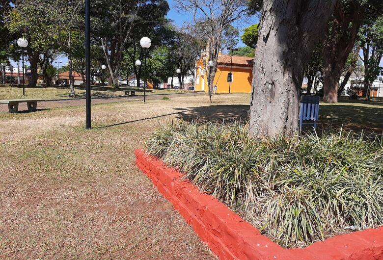Praças de Ibaté começam a ser pintadas