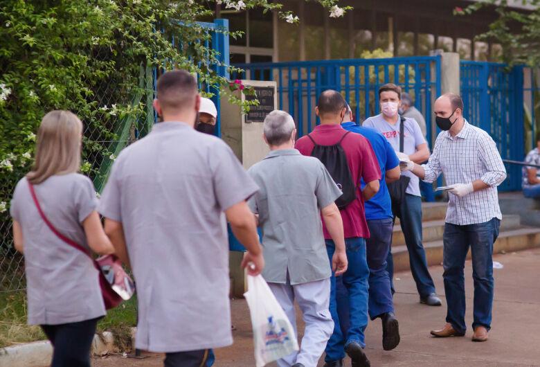 Acompanhado de candidatos a vereador, Netto Donato visita bairros