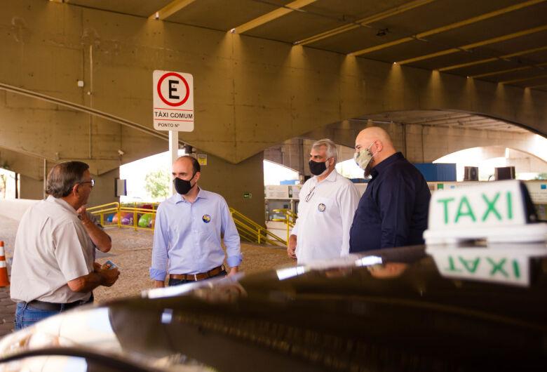 Netto Donato visita pontos e ouve reivindicações de taxistas