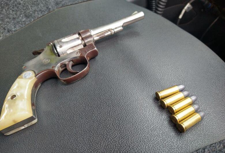 Arma de fogo é apreendida em salão de beleza, no Cidade Aracy