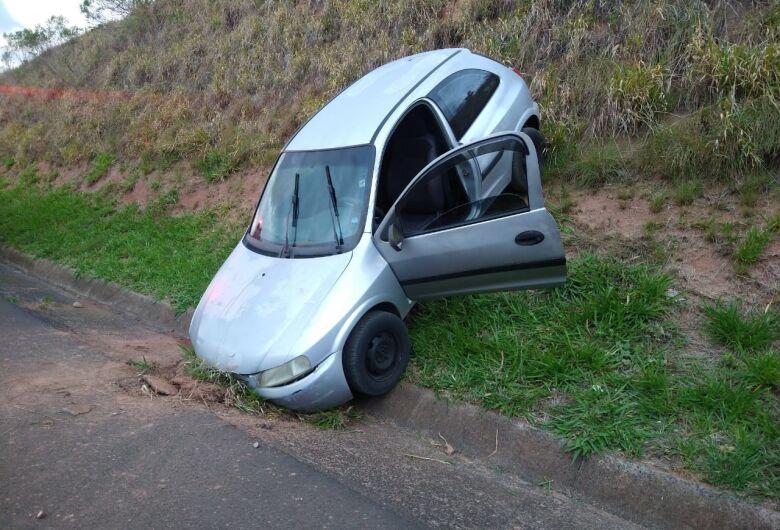 Motorista cai com carro em barranco na SP-215