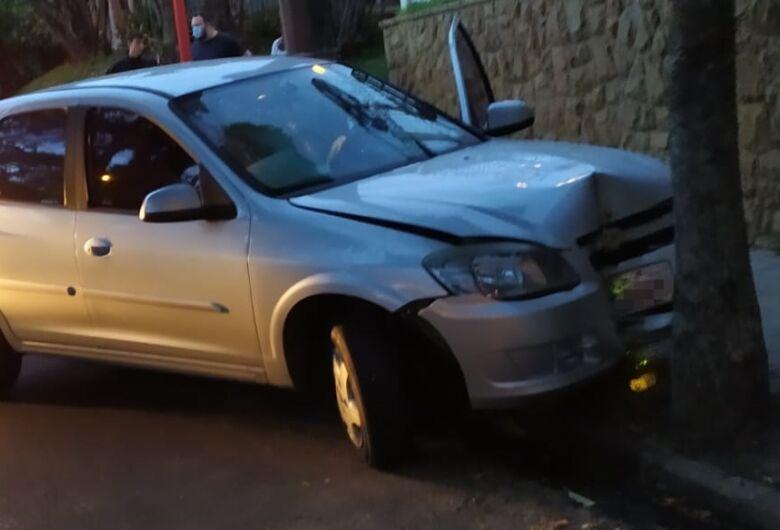 Carro bate em árvore após ser atingido por moto na região central
