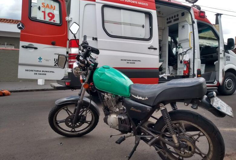 Motociclista na contramão causa acidente e fica ferido