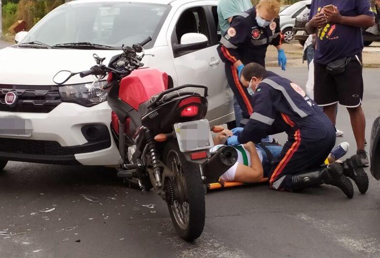 Moto fica presa em carro após colisão na Avenida Morumbi