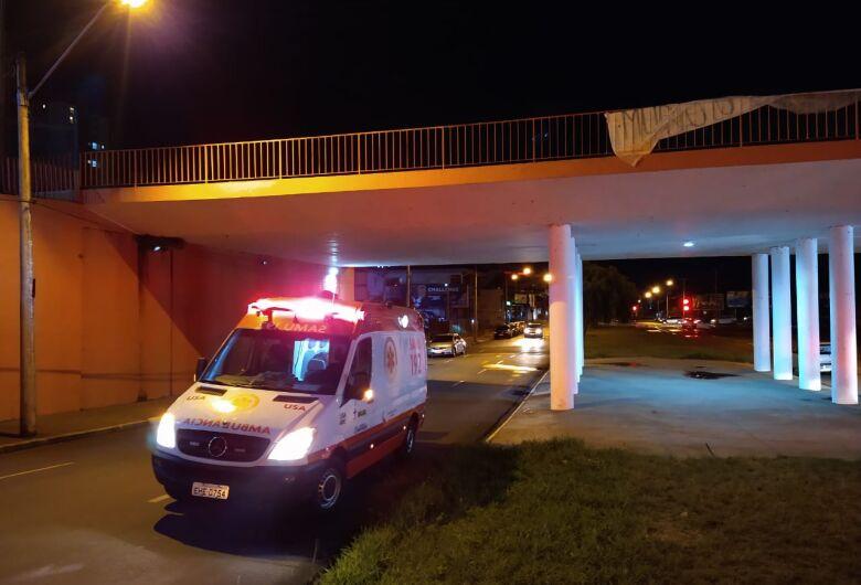 Morador de rua fica gravemente ferido após pular de ponte