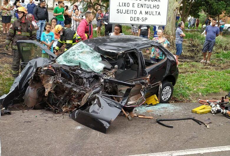 Gestante sofre ferimentos graves após carro colidir em carreta na SP-215