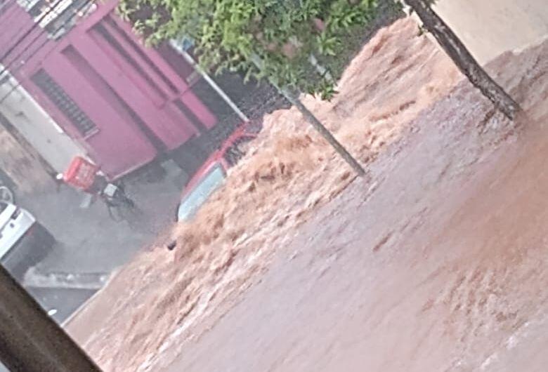Chuva volta a alagar a baixada do Mercado Municipal