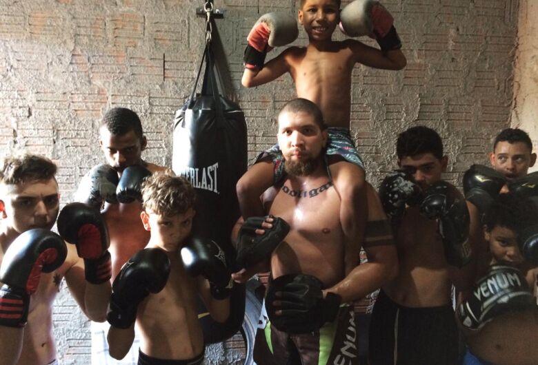 Jovens tem nova opção e aprendem boxe em projeto social
