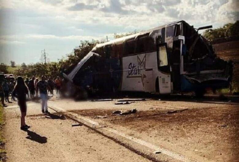 Acidente entre caminhão e ônibus deixa dezenas de mortos no interior de SP