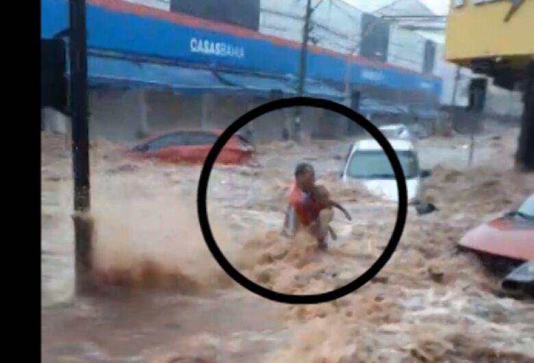 Vídeo mostra homem com criança no colo sendo arrastado pela enchente
