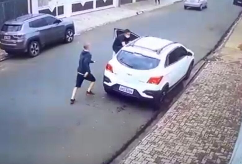 Câmera de segurança flagra tentativa de assalto na Vila Nery
