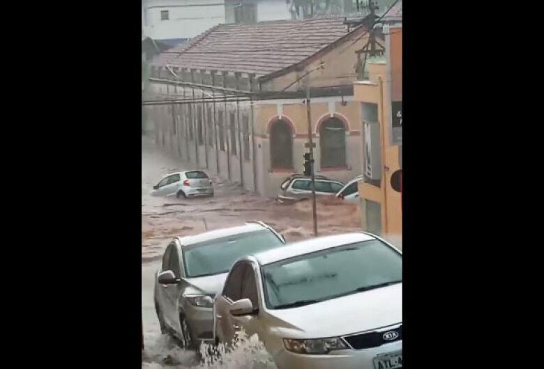 Vídeo mostra carros sendo arrastados pela enchente no Centro