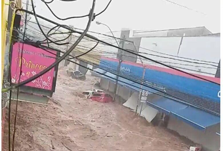 Chuva arrebenta portas das Casas Bahia