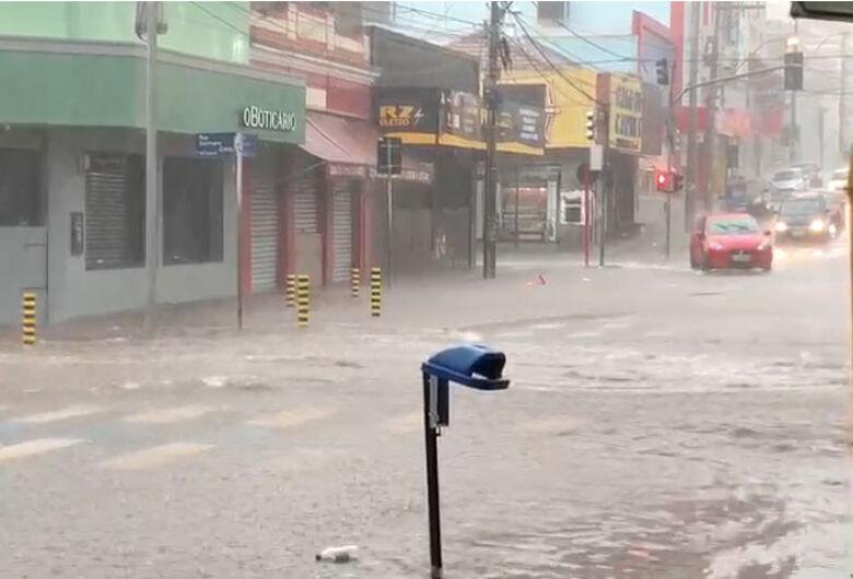 Chuva deixa comerciantes da baixada em alerta