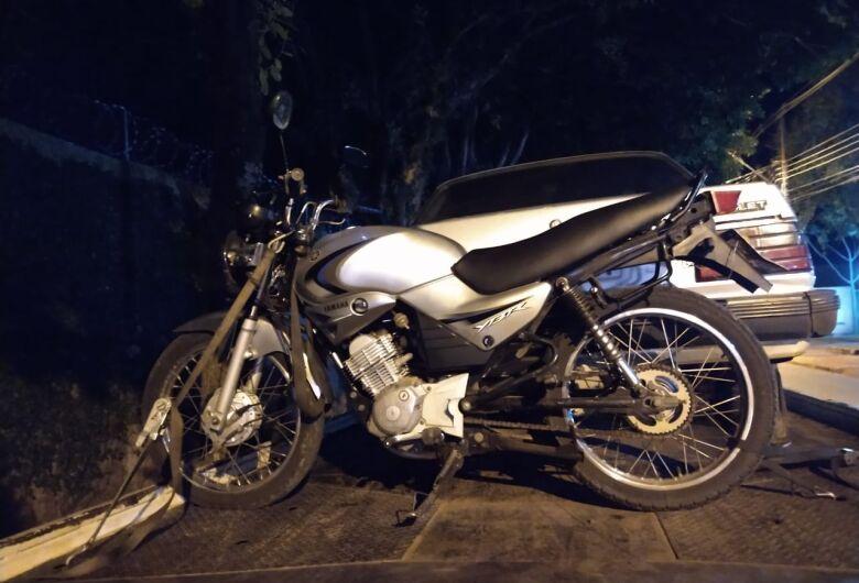 Homem é detido após ser flagrado com moto furtada
