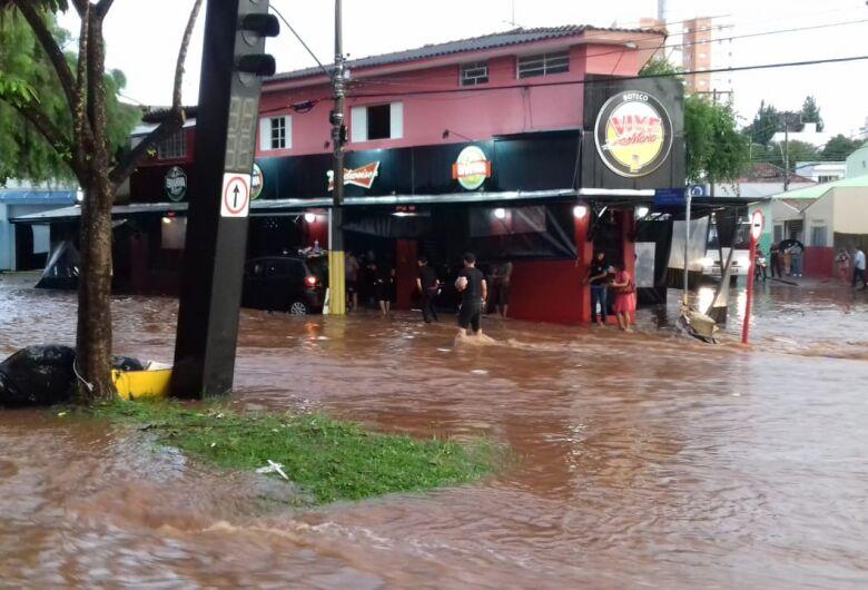 Contato com águas das enchentes exige cuidados imediatos