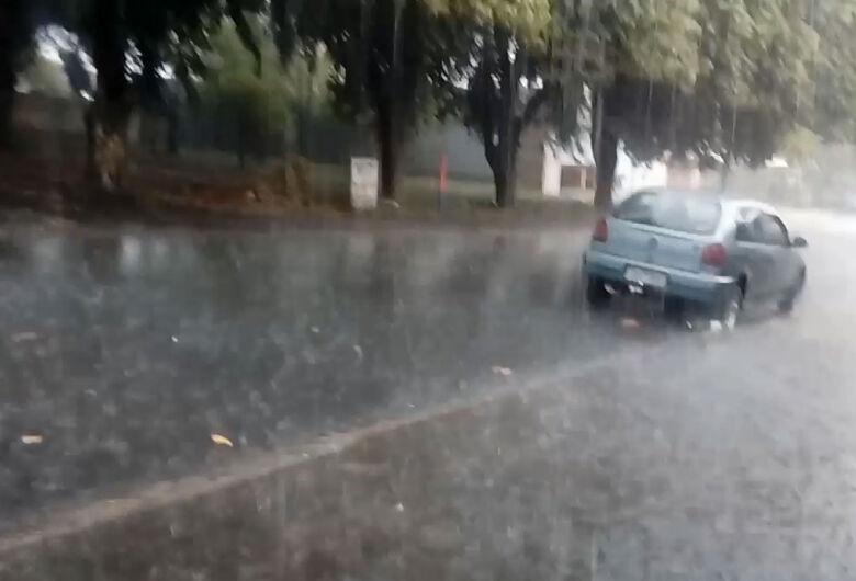 Chuva com granizo atinge bairros de São Carlos