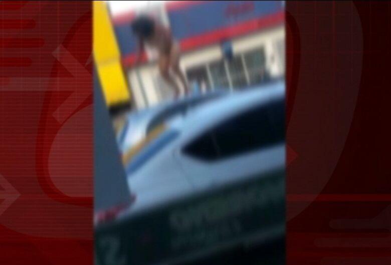 Mulher nua sobe em carros na avenida Sallum