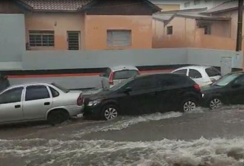 Enxurrada arrasta carros na Raimundo Correa