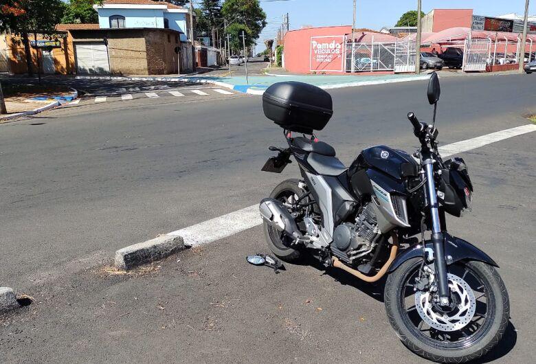 Motos colidem em cruzamento perigoso na Vila Prado