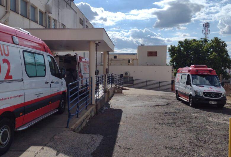 Por falta de macas, ambulâncias ficam retidas na Santa Casa