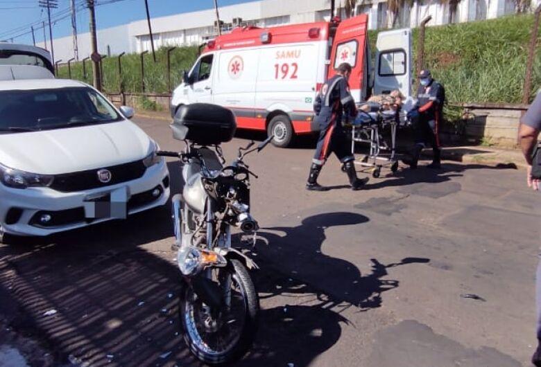 Três ficam feridos após colisão entre moto e bike