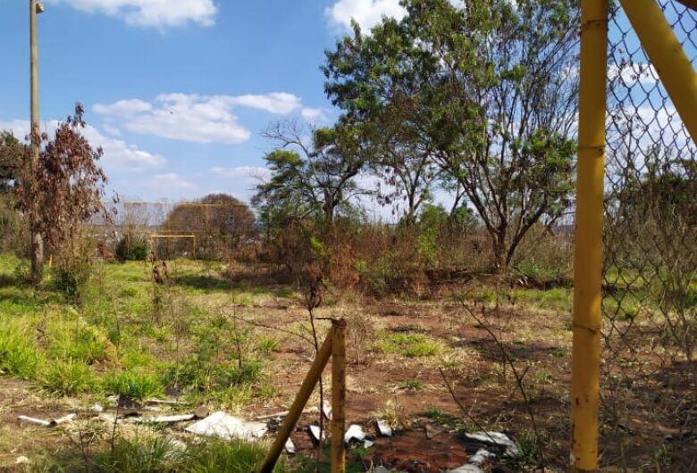 Moradores reclamam: área de lazer e campinho estão abandonados no Jardim Belvedere