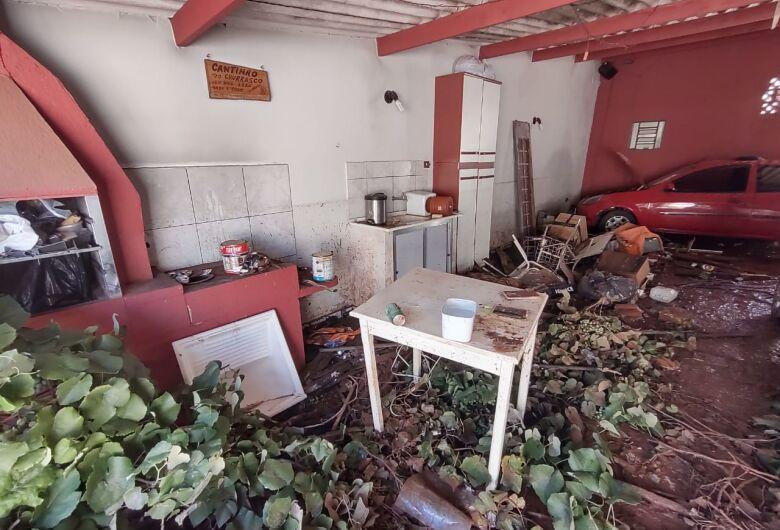 Casa desaba no centro de São Carlos e família perde tudo