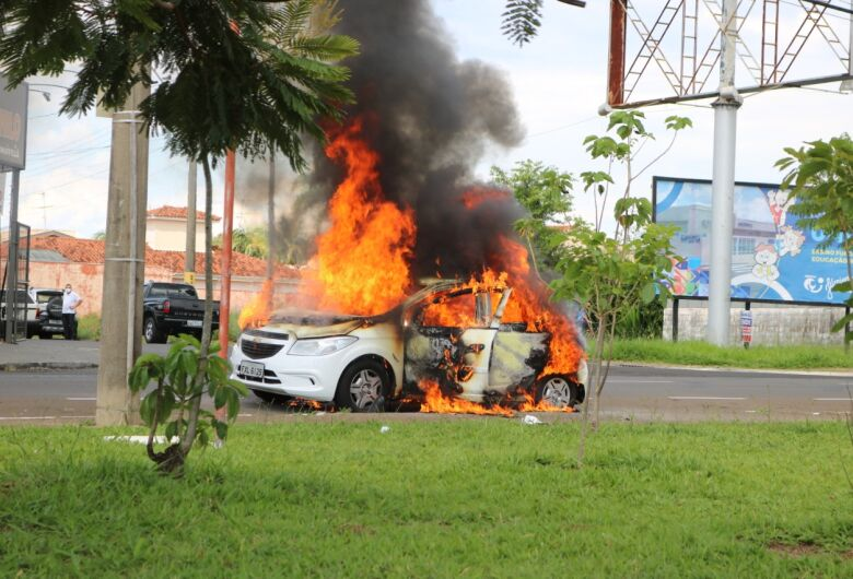 Fogo destrói carro no Santa Felícia