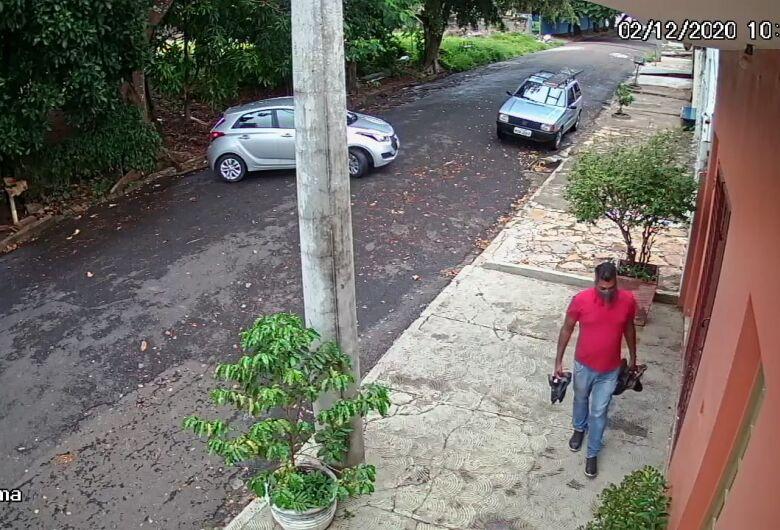 Câmera de segurança registra presença de vendedor de calçados acusado de aplicar golpe de R$ 5 mil no Tangará