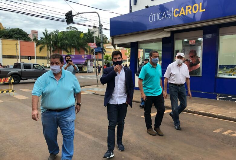 Acompanhado do prefeito Airton Garcia, deputado federal Júnior Bozzela visita a baixada do Mercado Municipal