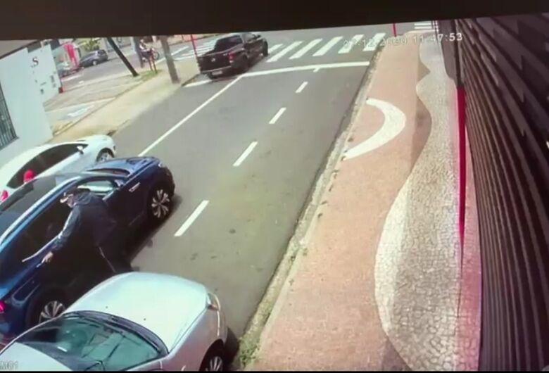 Câmera de segurança flagra roubo em cruzamento movimentado na Vila Prado
