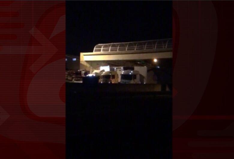 PM e Bombeiros salvam homem que ameaçava se jogar de passarela na Washington Luis