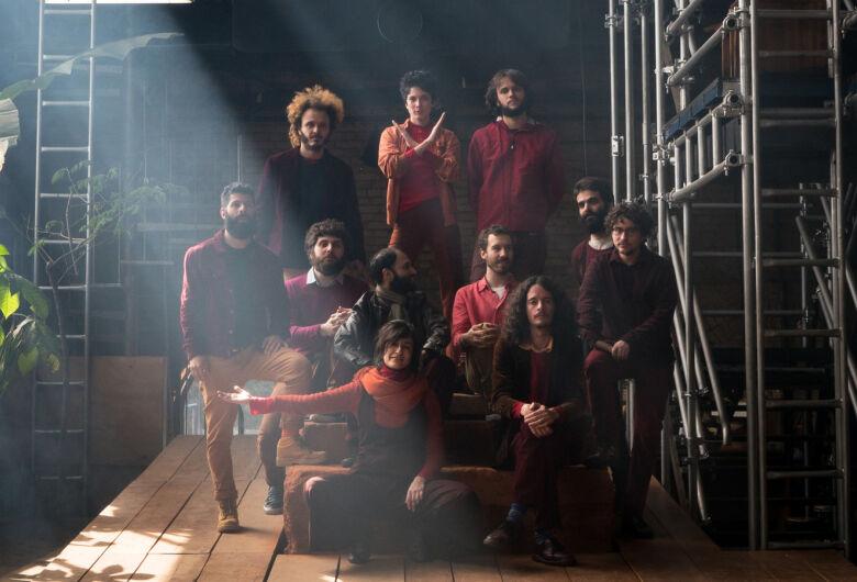 Música #EmCasaComSesc traz Sérgio Santos, Orquestra Mundana Refugi e Trupe Chá de Boldo