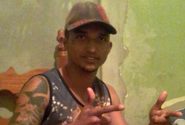 Corpo de jovem que foi morto a tiros será sepultado na manhã desta terça-feira (8)