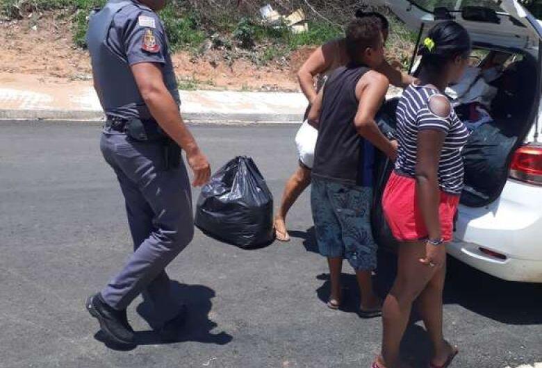 Policiais militares doam roupas para crianças de famílias carentes