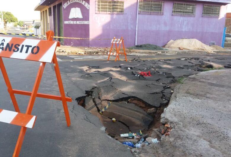 Ruas no Antenor Garcia estão sem asfalto há 30 anos; outras, com piso esfarelando
