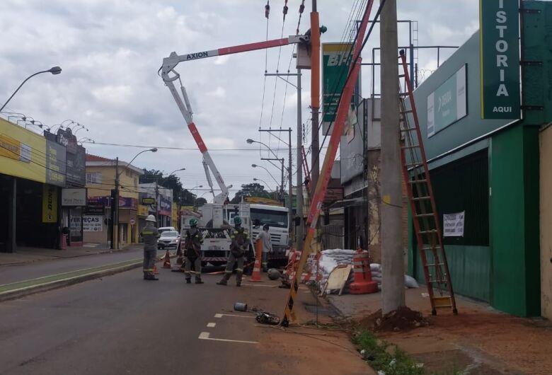 Trânsito é interditado em trecho da Avenida São Carlos para troca de poste