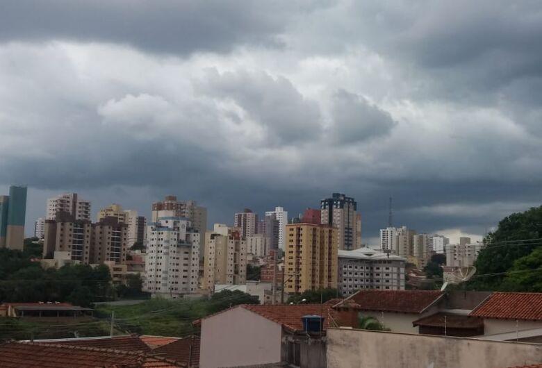 Nuvens carregadas se aproximam de São Carlos